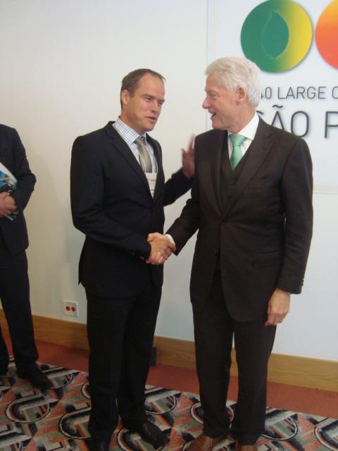Oberbürgermeister Dr. Würzner im Gespräch mit Bill Clinton beim C40-Gipfel (Foto: C 40)