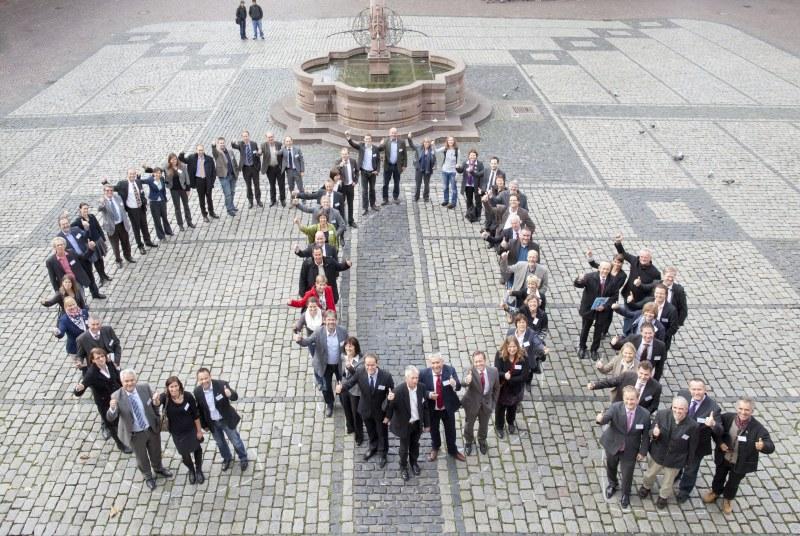 Die beteiligten Bürgermeister der Tagung - Gruppenbild in Co2-Form (Foto: Buck)